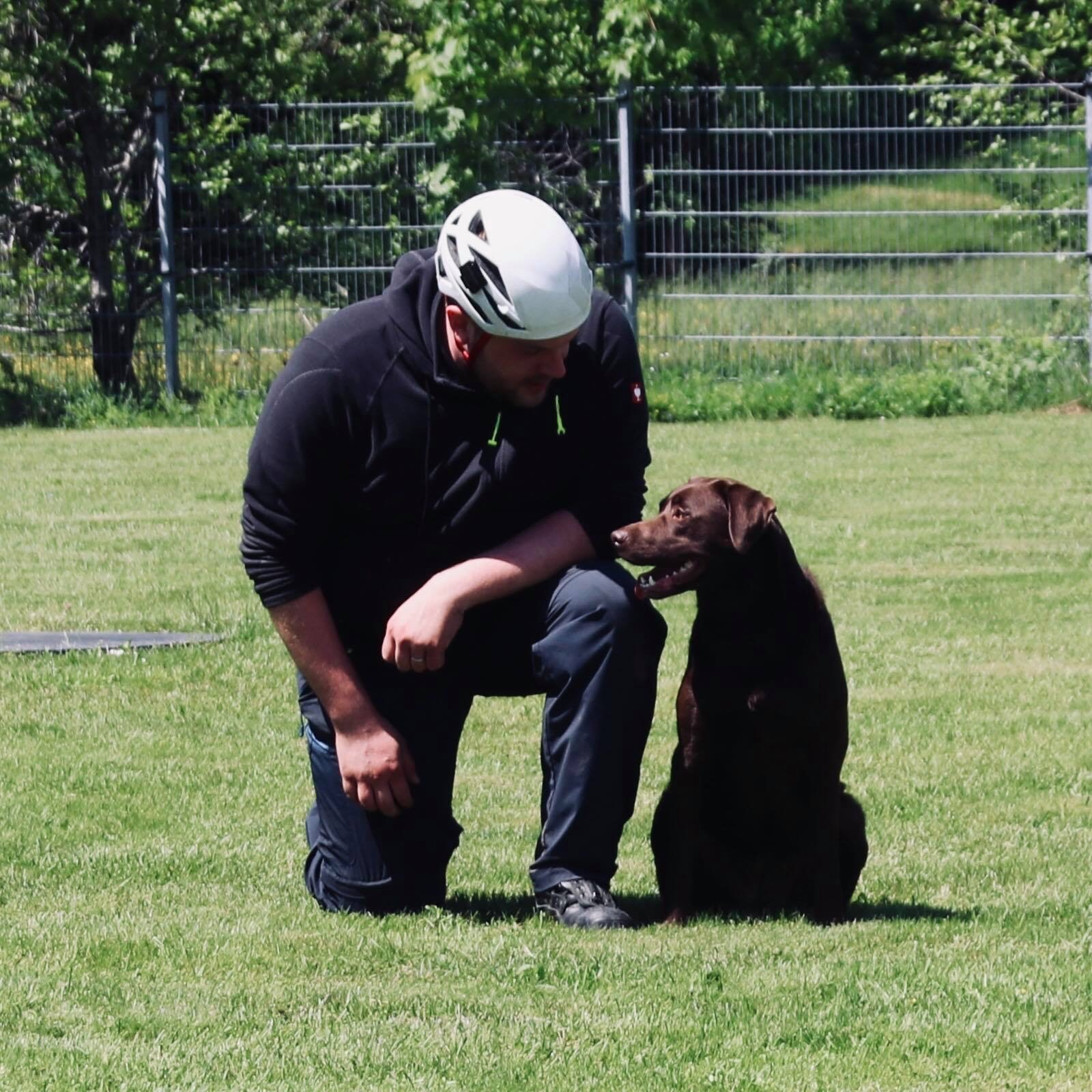 Florian und Stella bei der Rettungshundearbeit